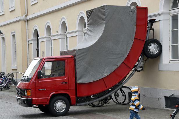 01 Erwin Wurm truck
